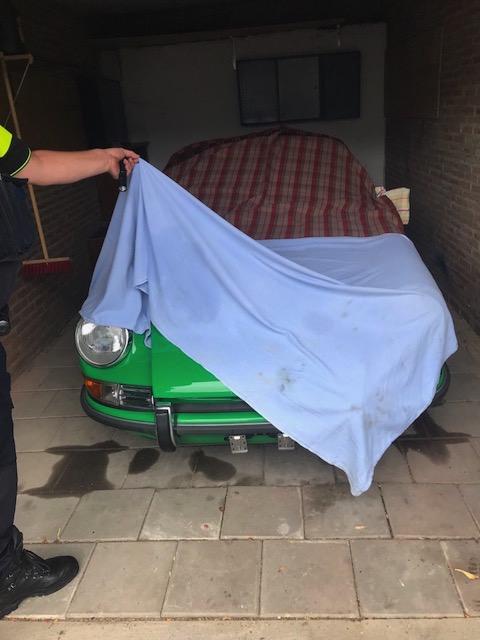 Die holländischen Polizeibeamten können den in Aachen gestohlenen Porsche bis auf das Zündschloss unversehrt sicherstellen